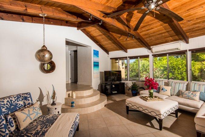 amplia sala de estar luminosa principal. Los ventiladores de techo para hacer circular la brisa del Caribe.