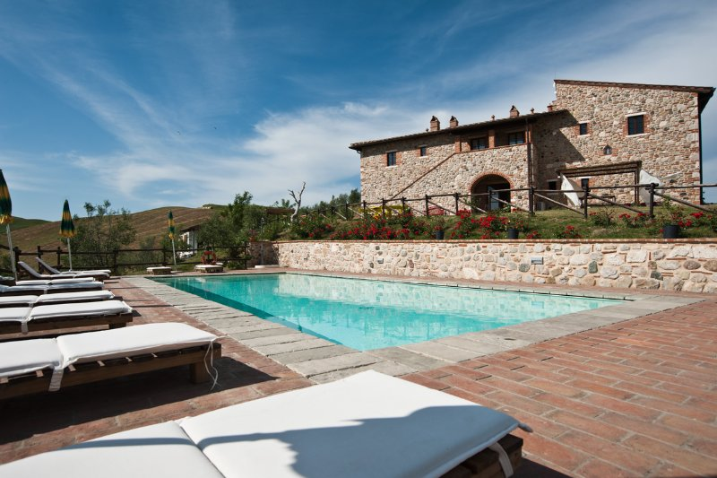 Holiday farmhouse near Volterra and San Gimignano- E, private Terrace,Wi Fi, holiday rental in Villamagna