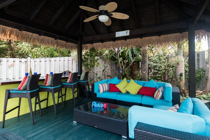 Bienvenido a CoCo jardines. Relajante espacio al aire libre con cocina al aire libre y bañera de hidromasaje.