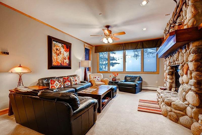 Highlands-Lodge-300-Living2.jpg