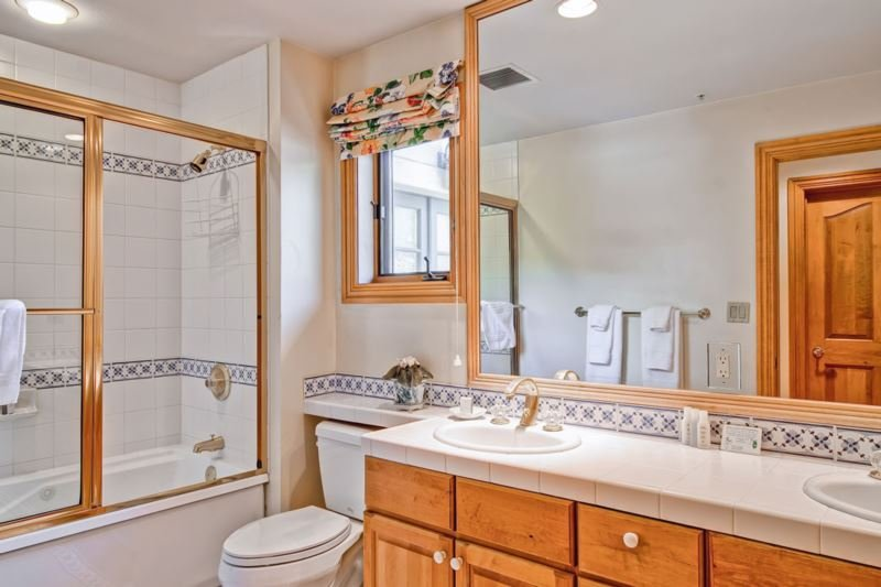 12-EastWestResorts_OX302_Bathroom2.jpg