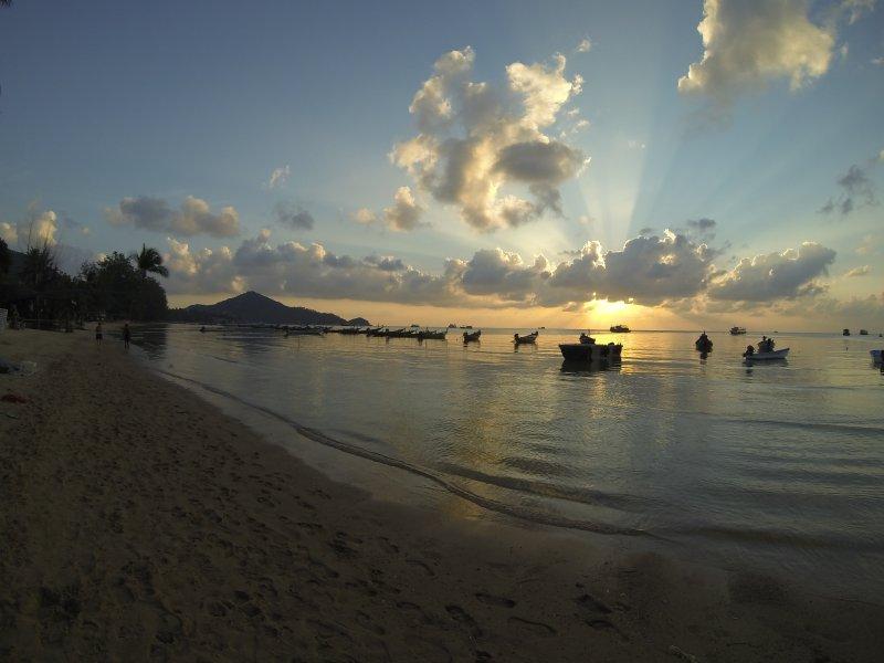 Puesta de sol desde la playa de Sairee, la playa más larga de Koh Tao.