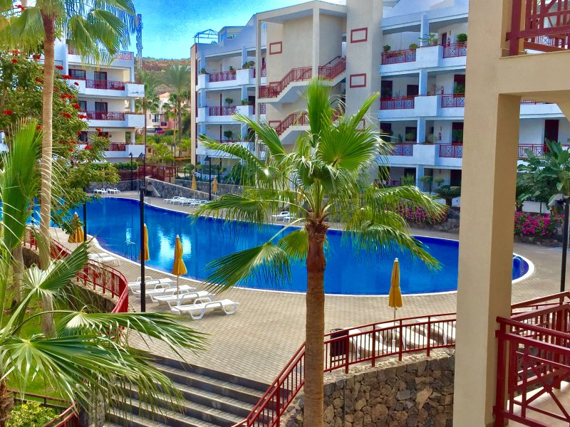 Nice and cozy apartment w/private garden, great location only 400m from the sea, location de vacances à Palm-Mar