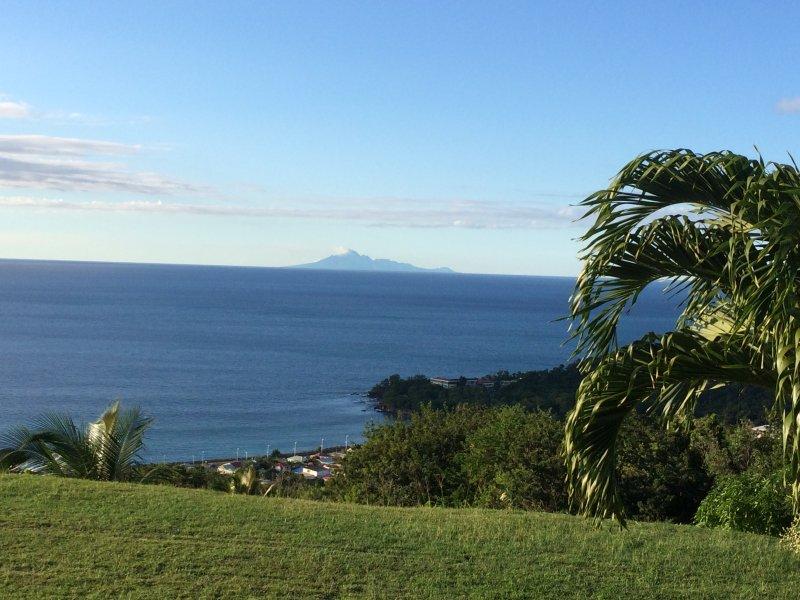 """La isla de vista """"Montserrat"""" en el desayuno desde la terraza"""