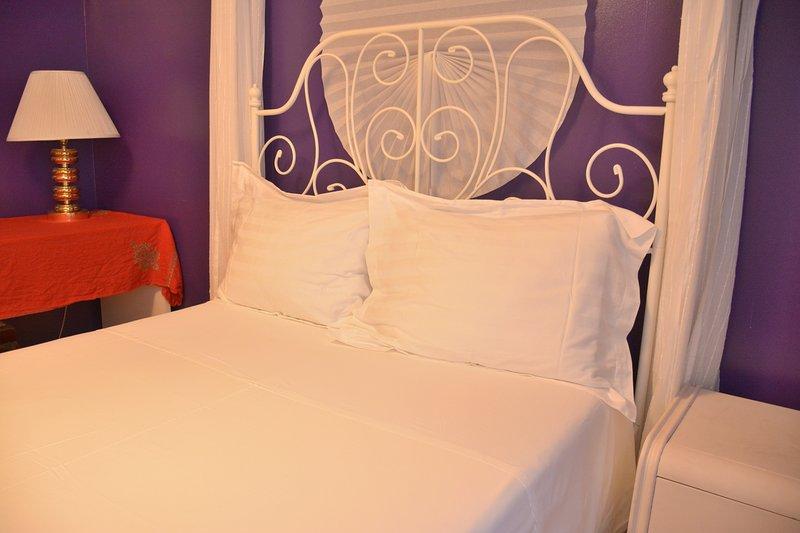 dormitorio con cama doble y nuevos recuerdos colchón de espuma