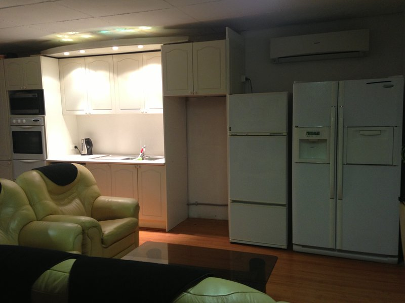 Room Single Upmarket near beaches with King Single Bed Air Con, holiday rental in Scarborough