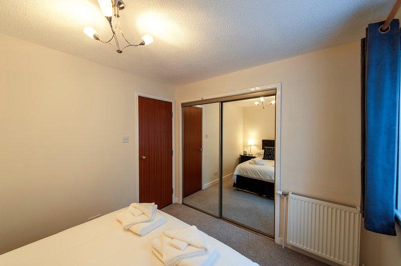 La chambre principale avec double espace de rangement.