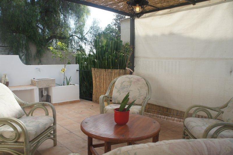 Casa grande con patio amplio y soleado.