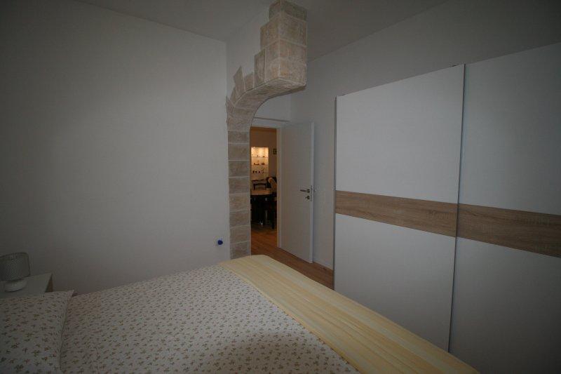 Apartment Meriko 3, vacation rental in Kastel Kambelovac