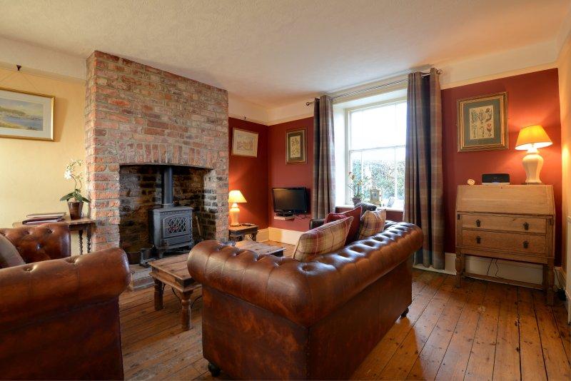 Chapel Cottage sala grande família com lugares sentados e grandes almofadas macios e fogão a gás
