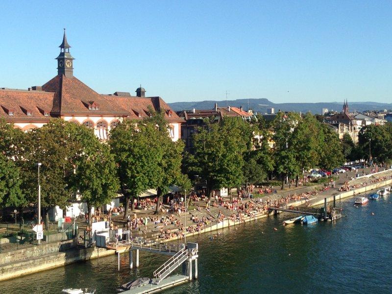 Der Rhein, besonders lebhaft im Sommer, ist nur ein Block entfernt (bringen Sie Ihre Badesachen!)