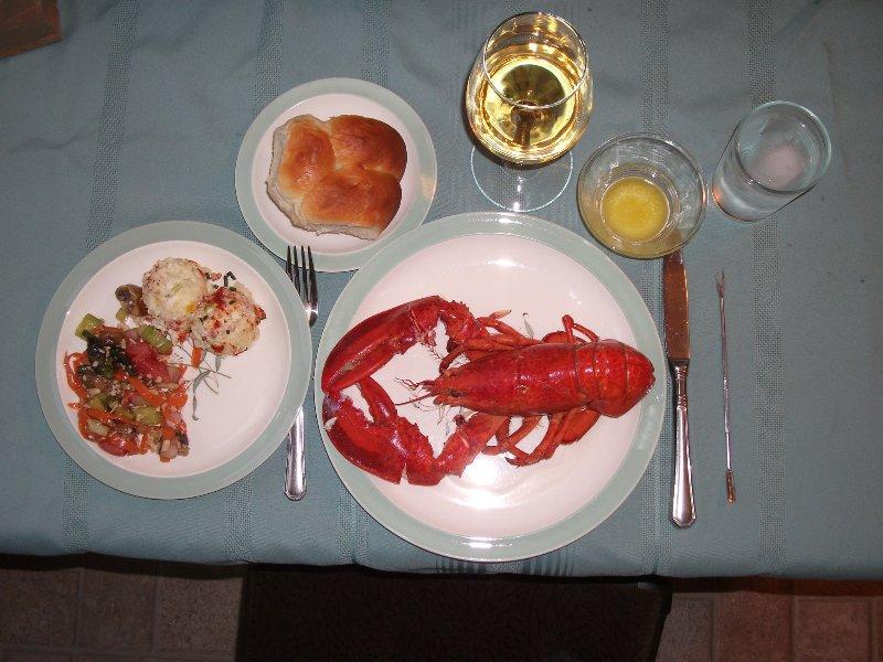 Preparar su propia cena de langosta o disfrutar de uno de los muchos restaurantes de la zona.