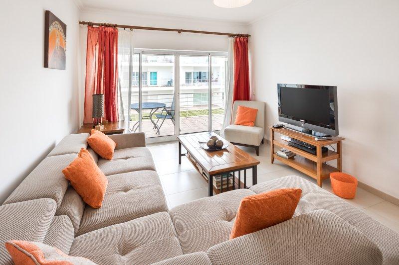 Beautiful 2 bed apartment with sea view & wifi, aluguéis de temporada em Fuseta