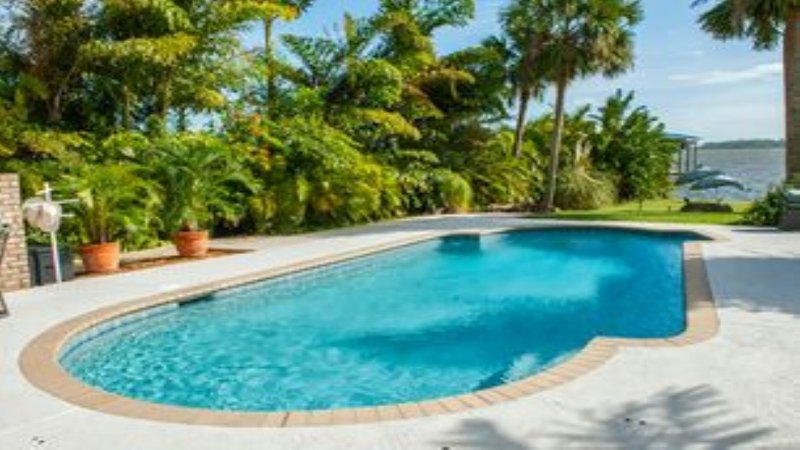 Gran piscina climatizada disponible para uso de los huéspedes 12-5pm diaria