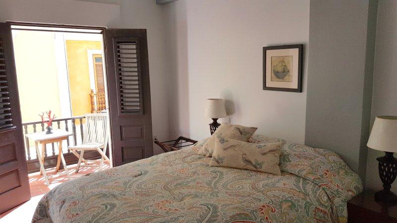 O quarto privado confortável com uma varanda com vista Sol Street.
