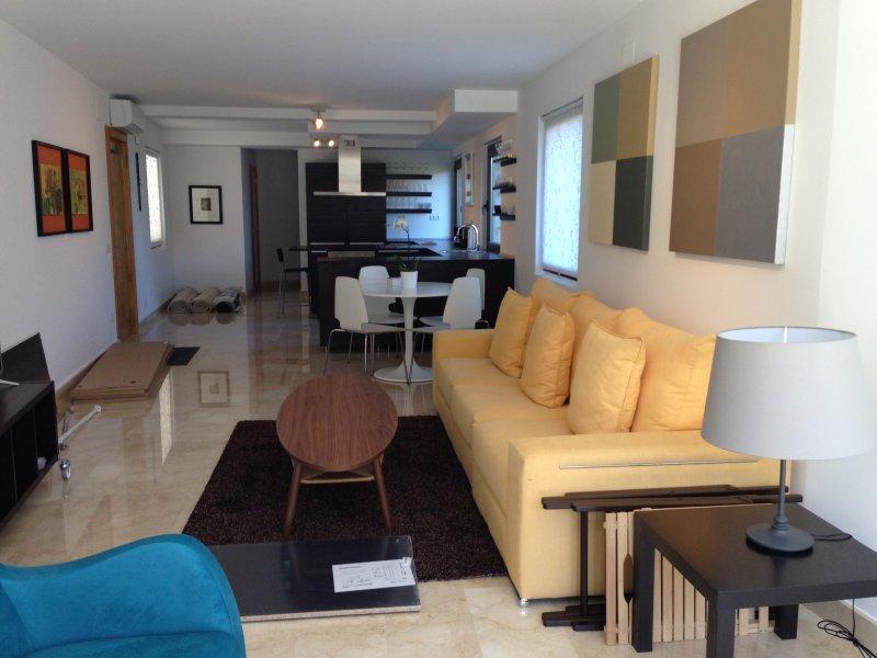 Moderna y comoda casa en pueblo asturiano con espectaculares vistas al mar, vacation rental in Buelna