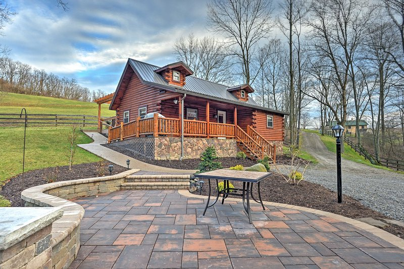 Rustic Dundee Cabin w/ Hot Tub & Forest Views!, holiday rental in Millersburg