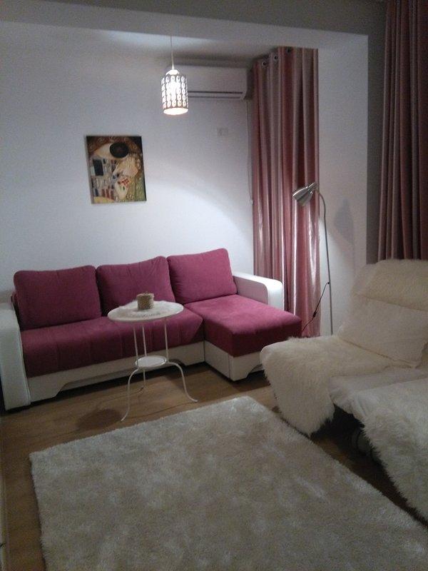 Modern apartamento novo estúdio com sofá extensível e poltronas