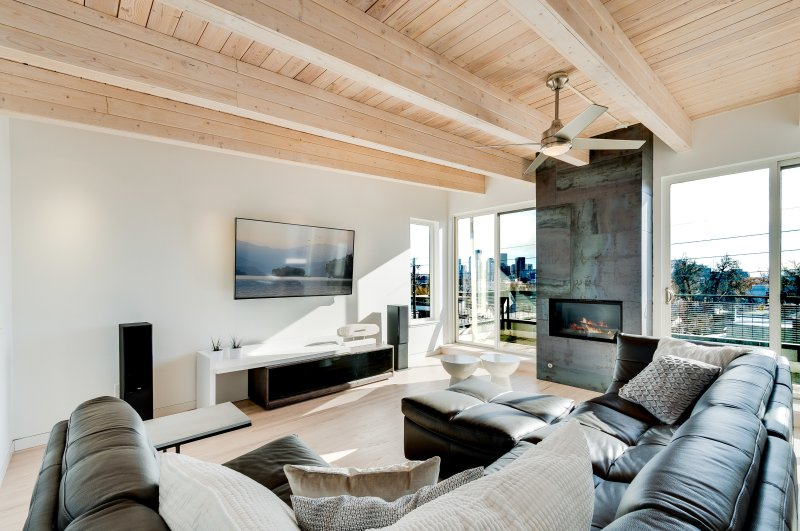 Modern Lohi Residence with Amazing Rooftop Views, vacation rental in Edgewater