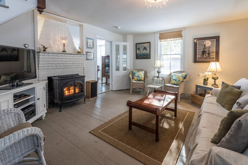 Living room w/Gas fireplace & TV