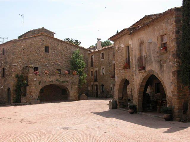 Monells pueblo medieval