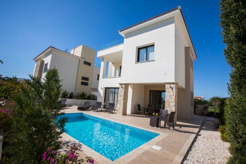 Golden seaside villa 2. 3 bedroom beach villa with private pool., holiday rental in Khlorakas