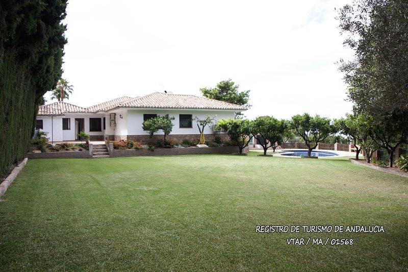 600m2 de jardín con piscina, magnífica zona sombreada por un olivo centenario.