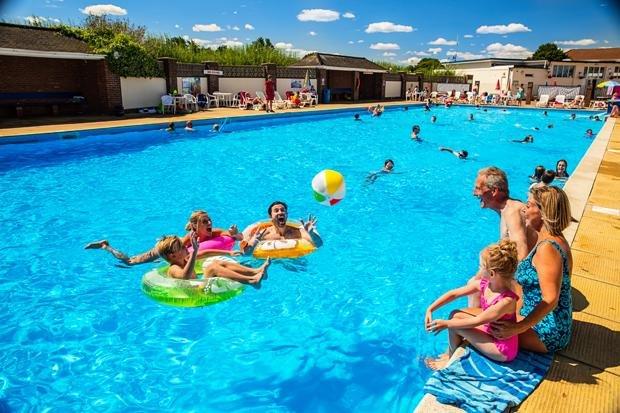 piscina exterior aquecida no sands broadland reservar-lhe férias em família com a gente.
