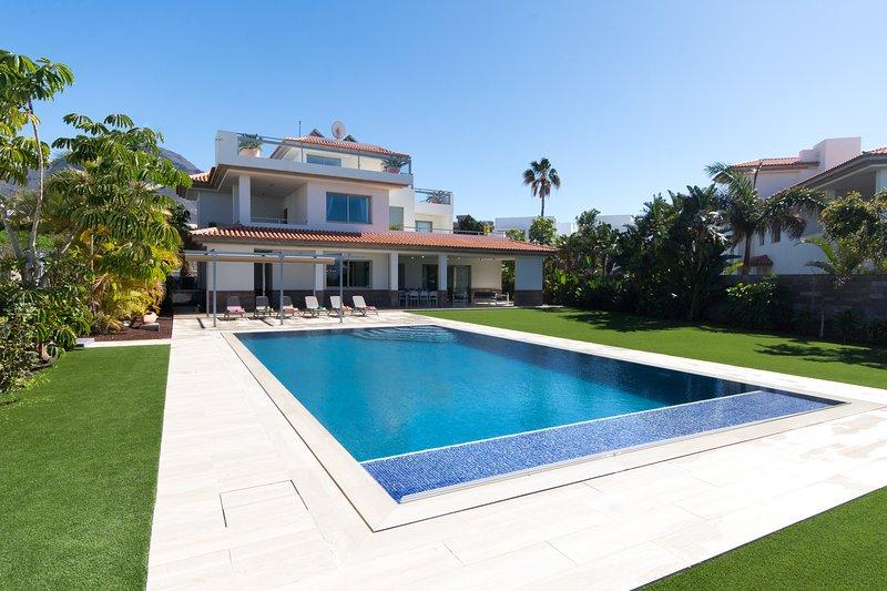 Villa Amelia. Luxury 5 bedroom 4 Bathroom Villa. Private Heated Pool. Del Duque, Ferienwohnung in Adeje