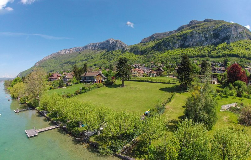 Waterfront Maison des Sources for 8 people, Annecy, holiday rental in Veyrier-Du-Lac