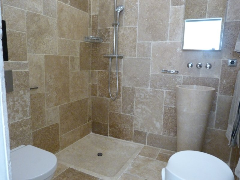 Overview of the adjoining bathroom.