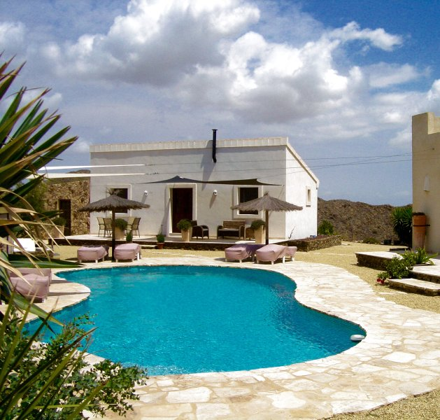 Enchanting cottage rental in Bedar with sea & mountain views, aluguéis de temporada em Bedar
