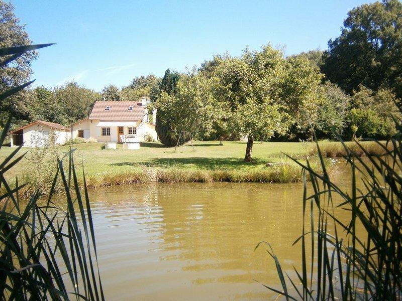 Maison de campagne et etang au coeur de la nature, location de vacances à Gueugnon