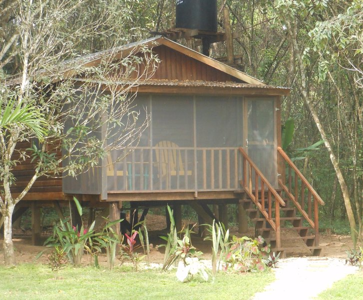 Außenansicht des Toucan Cabana mit abgeschirmten Deck und Sitz