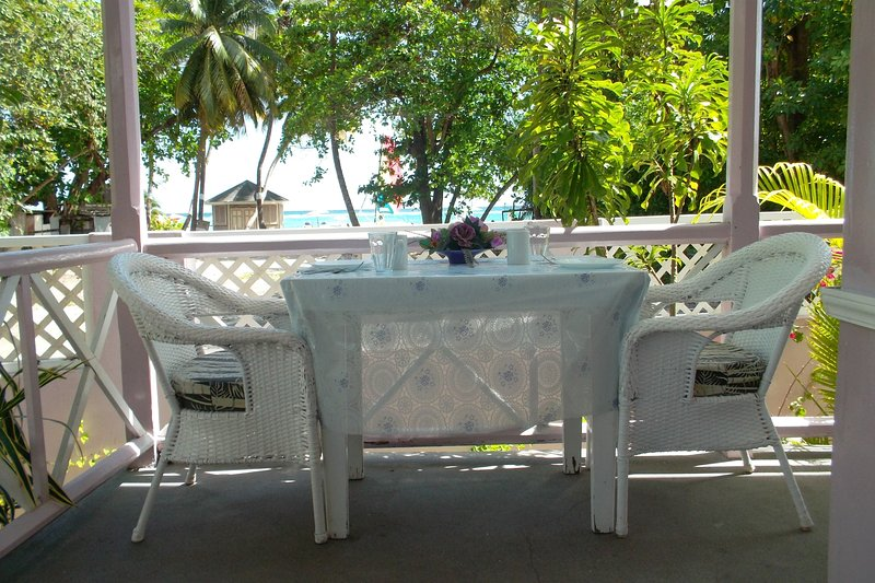 Sentado - comedor de la terraza de los apartamentos