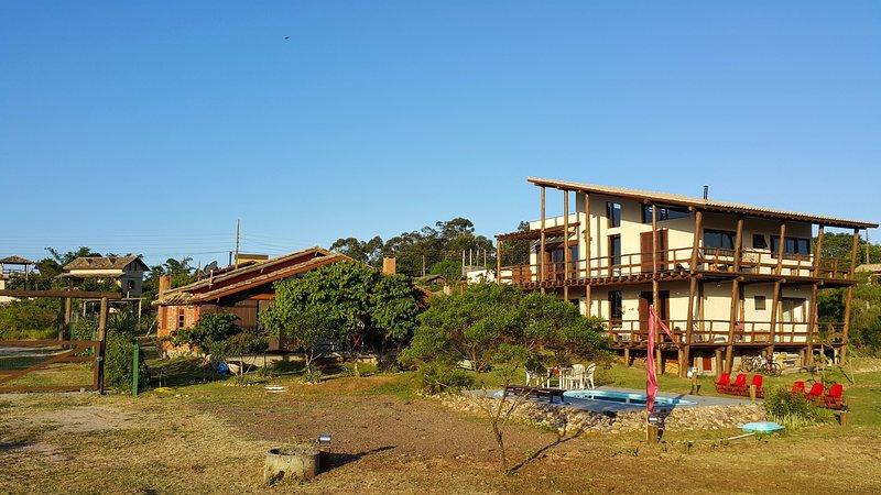 Uma experiencia de requinte e aconchego com amplos espaços, design, sofisticação, holiday rental in Barra de Ibiraquera