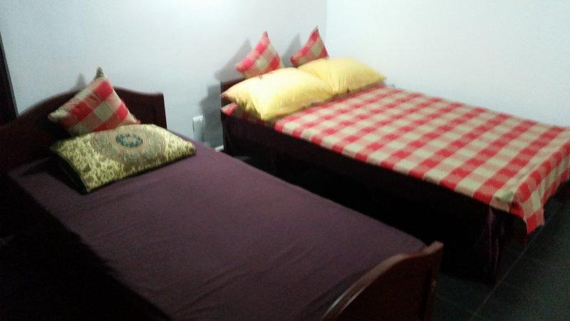 en costume avec 1 lit double et un lit simple et un balcon avec vue sur le village. - climatisé.