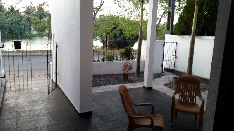 Vue de l'extérieur avant salon. Ce bungalow situé en face du lac de Lake City Complex