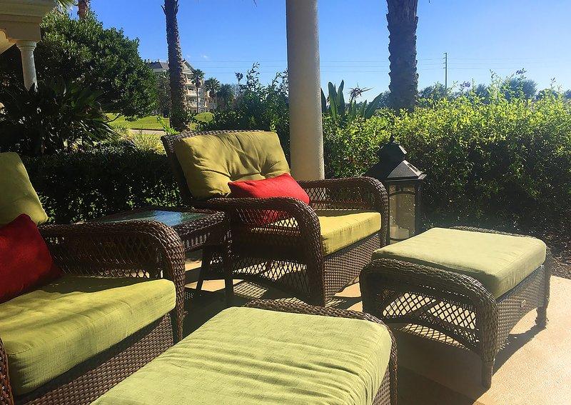 Vår soliga söderläge terrass är den perfekta platsen att koppla av på Reunion Resort