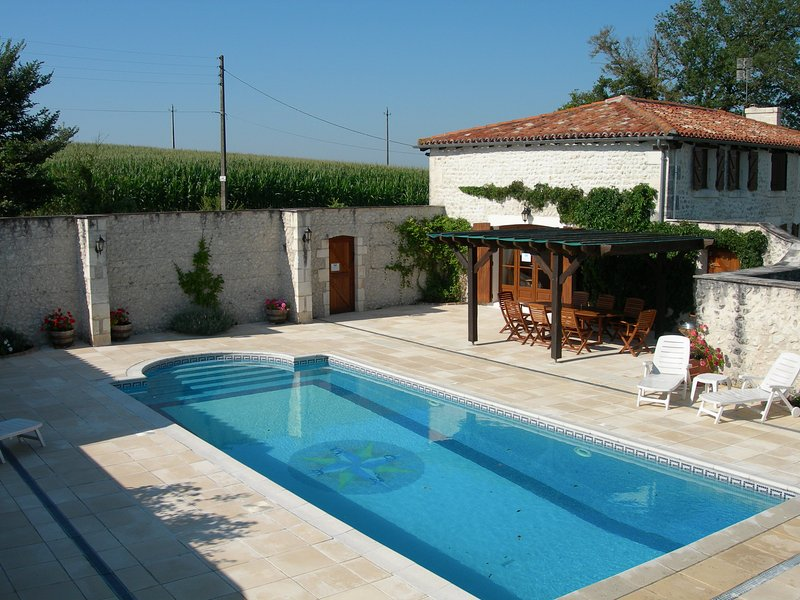 NANDOLLE FARMHOUSE, holiday rental in Champagne-et-Fontaine