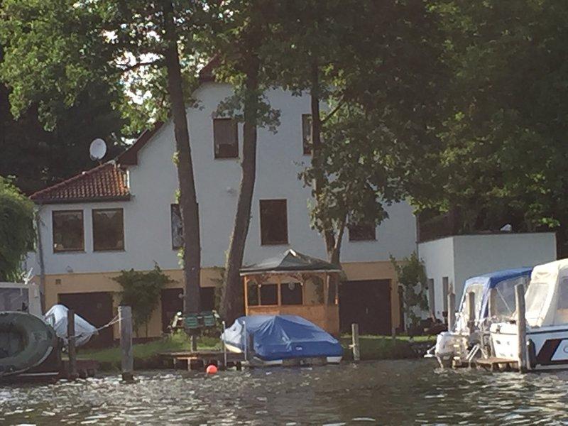 Ferienwohnung (Etage) mit 3 Zweibettzimmern mit Aufenthaltsraum und Küchenzeile, vacation rental in Blankenfelde