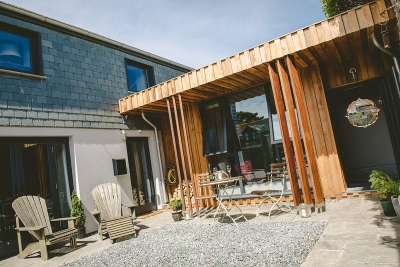 Archavon Studio y patio, con la casa principal de la izquierda.