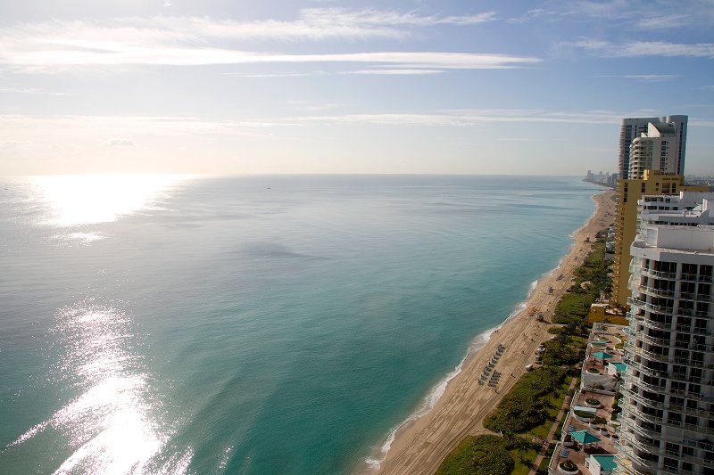 OCEAN VIEW 35 Floor 2bed+den Condo La Perla Miami, vacation rental in Sunny Isles Beach