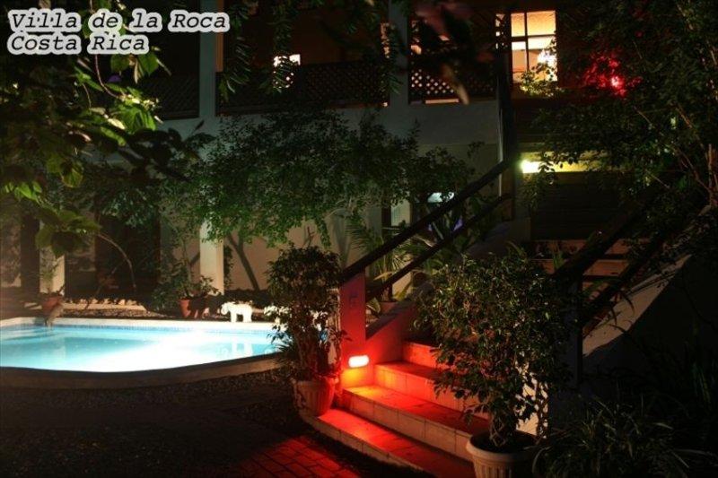 noche pool shot y escaleras.