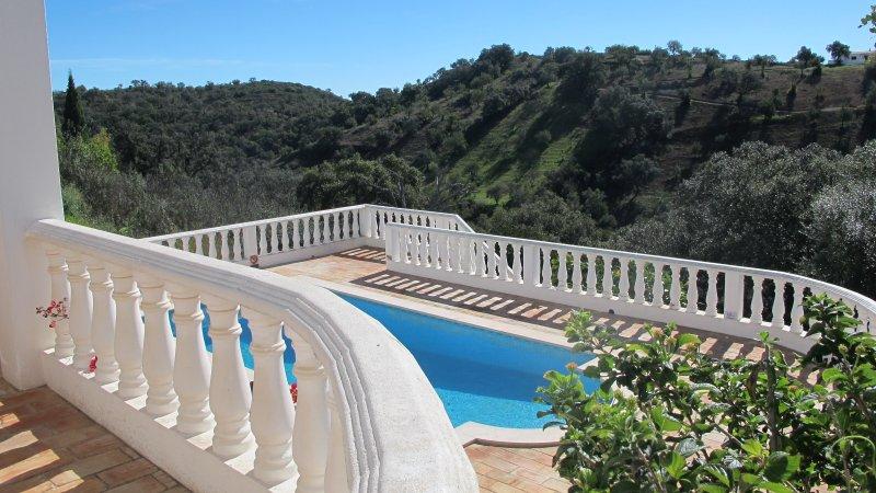 zwembad met uitzicht op Casa da Tranquilidade