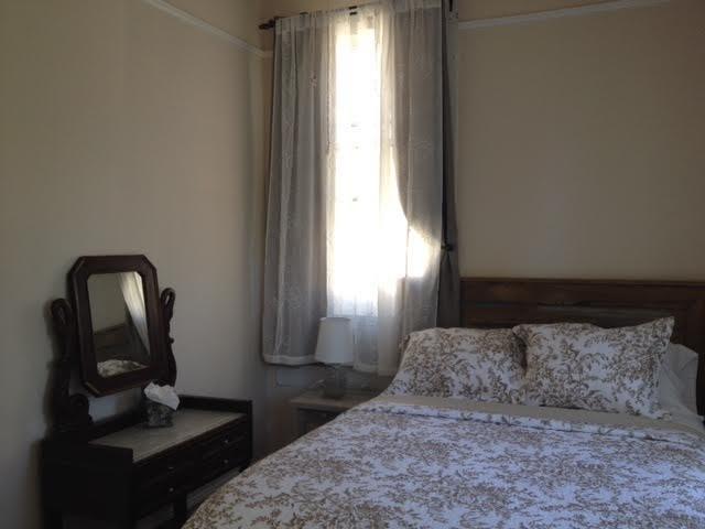 Chambre arrière avec Queen moderne Wilkerson Row Bed ensemble