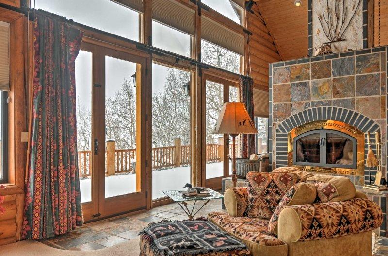 Les grandes fenêtres de cette maison de vacances illuminent chaque pièce!