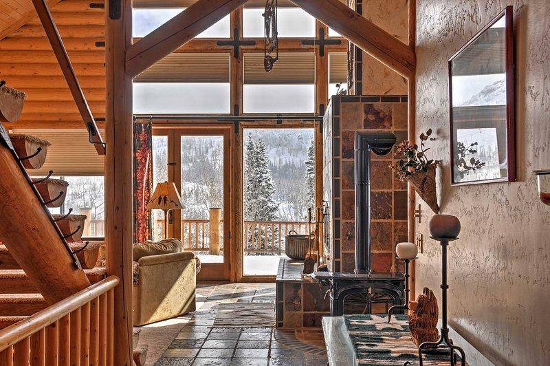 La belle cabine de Brian Head présente un décor rustique et élégant.