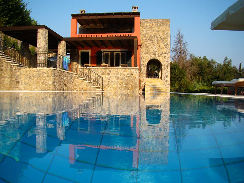 Stylish villa overlooking the sea and Gouvia marine with 6 bedrooms en suite  !, aluguéis de temporada em Gouvia