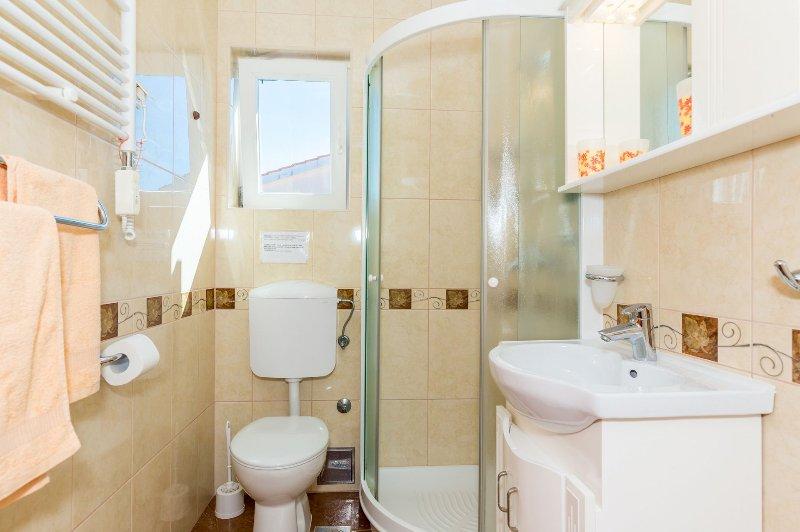 A2 Žuti (2 + 2): banheiro com vaso sanitário